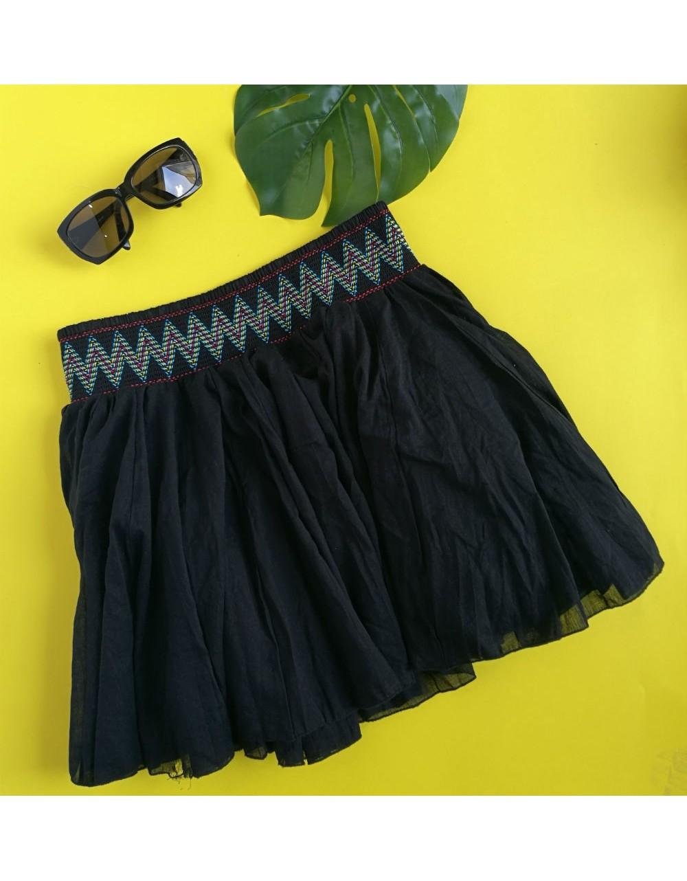 Crna mini suknja,šireg kroja sa cik-cak vezom u različitim bojama na pojasu. HUNKEMOLLER